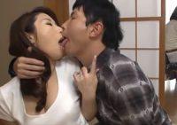 【篠田あゆみ 義母相姦】旅行の計画を練る嫁の横で巨乳義母と熱い接吻を交わす息子が嫁の目を盗み愛欲に溺れて中出し母子相姦