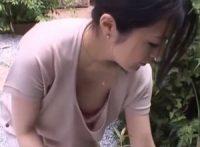 【綾瀬れん】草むしりする爆乳人妻が男の前で無防備な胸チラおっぱいを晒し興奮して迫ってきた男と不倫SEX