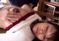【失神母乳】クロロホルムで眠らされた爆乳おっぱいの母乳ママが無抵抗のまま男に乳房を握られ母乳搾られる