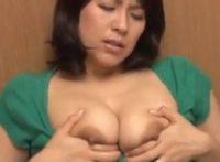 【笹山希】娘の彼氏にパソコンを教わる巨乳お母さんが娘と彼のSEXに興奮してオナニーし肉欲が静まらず浴室で迫って中出しSEX
