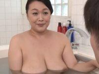 【鮎川るい 義母相姦】義息子と仲良くなりたくて全裸で浴室に乱入する爆乳義母が好きだったと告白され浴室で母子相姦行為