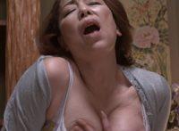 【青井マリ 母子相姦】夜な夜なオナニーに耽るお母さんの姿を目にした息子が亡き父親の代わりにお母さんを慰めようと迫り母子相姦SEX