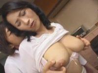 【母子相姦 北原夏美】背後から息子に爆乳の乳房を揉まれるお母さんがオ●ンチンをパイズリさせられ射精寸前にお口に入れられ口内射精