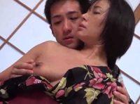 【母子相姦 中山香苗】露天風呂でお母さんのオ●ンコに顔を埋めて舐めしゃぶる息子と色っぽい浴衣姿で母子相姦する熟女巨乳お母さん