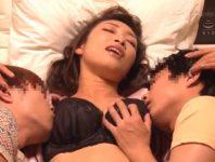【小早川怜子 近親相姦】妹のマセガキ息子二人を預かった美熟女おばさんが左右から乳首責められオ●ンコ濡らして近親相姦SEX