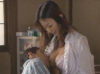 【青木玲 母乳】赤ちゃんのようになった男に母乳授乳する美人ママがママと甘える男に授乳しながらオ●ンチンを扱き最後は中出しSEX