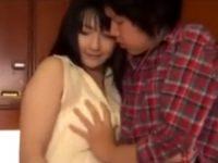 【遥めぐみ 母子相姦】肉欲を抑えられない巨乳お母さんと息子が夫が居る側でキッチンの死角に隠れてキスして抱き合い母子相姦SEX