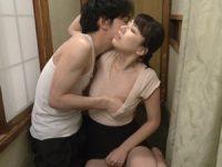 【朝倉わかな 近親相姦】汗だくで廊下の掃除をする姿に堪らなくなった甥に迫られそのまま近親相姦SEXする美人叔母さん