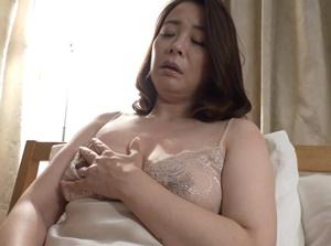 【佐倉由美子 母子相姦】肉体の疼きをオナニーで鎮めていたお母さんの姿を目にして自らの肉体で慰めようと迫る息子