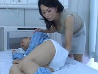 【柿本真緒】身体を拭う看護中に巨乳の胸の谷間に興奮して勃起させたオ●ンチンを優しく擦ってくれる巨乳熟女