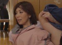 【翔田千里 母子相姦】キッチンの死角で息子にオ●ンコを舐められるお母さんが夫が出かけた途端に息子と肉欲に塗れて母子相姦SEX