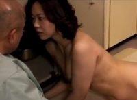 【ながえスタイル】水道の調子が悪いと管理人さんを呼びつけて全裸姿になって誘惑して不倫SEXする団地妻