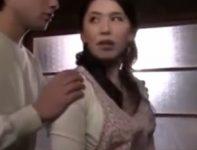 【桐島綾子 母子相姦】お母さんへの禁断の感情を抱いて母親の下着でオナニーする息子が入浴中の浴室へと乱入していく