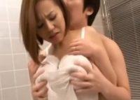 【西條るり 義母相姦】寝ているお母さんを無理やり起こして浴室につれていきネグリジェ姿の爆乳ママと浴室で母子相姦交尾する息子