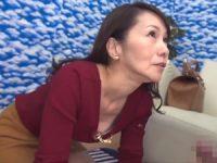 【母子相姦】街で声を掛けられ賞金十万円のため必死で息子のオ●ンチンをフェラチオして何度も射精させる熟女お母さん
