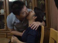 【母子相姦 鈴木さとみ】夫の目を盗み愛撫する息子にオ●ンコを濡らす巨乳ママが夫が出かけて2秒で禁断の愛欲に塗れ中出し母子相姦