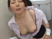 【小野さち子】同僚教師との不倫を知られ男子トイレ内で他の生徒にバレないように肉棒をしゃぶらされ中出しSEXさせられる女教師