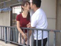 隣の夫とベランダ越しで接吻を交わし合うもどかしい愛撫でオ●ンコを濡らす巨乳人妻が自宅へ男を引き入れ不倫SEX
