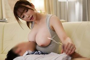可愛くて巨乳の優しいママが溺愛する息子に授乳プレイして固くなったオ●ンチンをおっぱいに包み込み中出し母子相姦