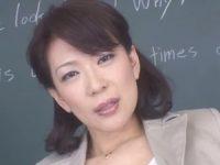 【青木美里】目の前の生徒に甘い言葉を囁きながら服を脱ぎ捨て裸を見せつけてバイブオナニーする美人女教師