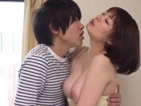 【水城奈緒 母子相姦】息子を誘惑する巨乳お母さんが迫る息子に乳房を揉まれ接吻を交わし外にいる夫を警戒しながら母子相姦SEX