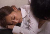 【吹石れな 母子相姦】嫉妬のあまり乱暴に当たる息子が秘かにお母さんを想いオナニーして酔い潰れて眠る母親に迫り母子相姦SEX